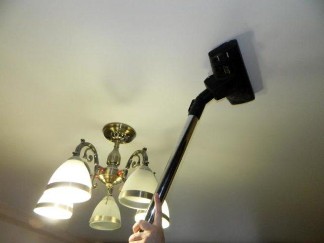 Чистка потолка пылесосом