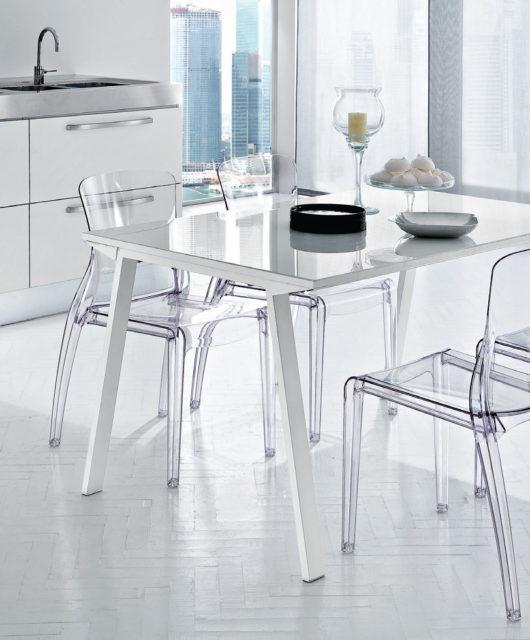 Стол со стеклянной столешницей и прозрачные стулья