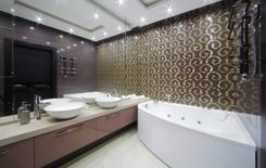 Светильники на потолке в ванной комнате