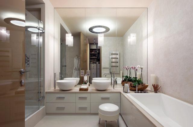 Потолочная люстра в ванной