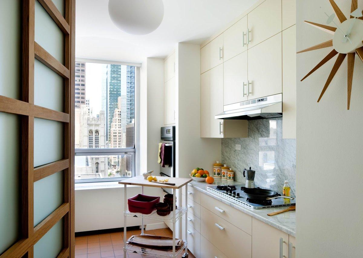 Светлый кухонный гарнитур в тон стенам до потолка