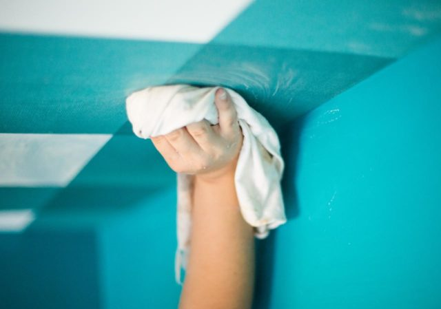 Мытье крашеного потолка