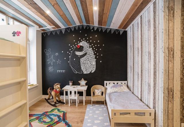 Деревянный крашеный потолок в детской
