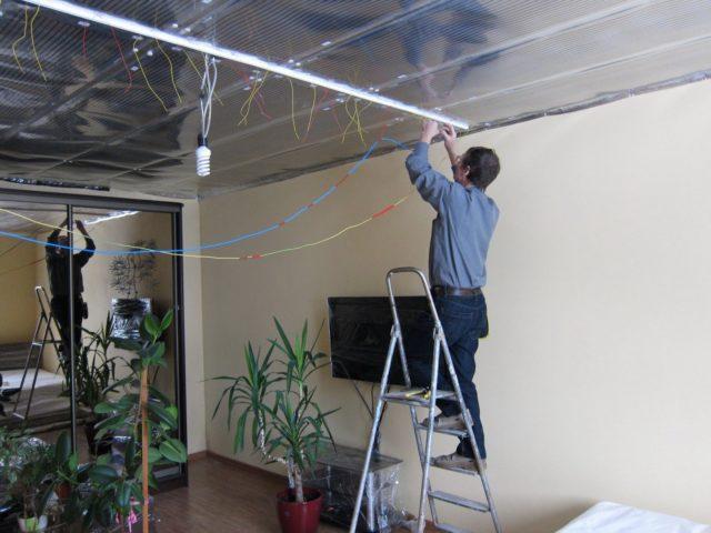 Монтаж ПЛЭН на потолок