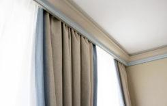 Как спрятать шторы за потолочным плинтусом: 5 способов закрыть карниз