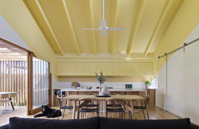 Яркий потолок с пастельными стенами