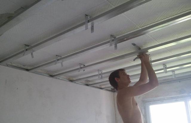 Крепление профиля к потолку с помощью подвесов
