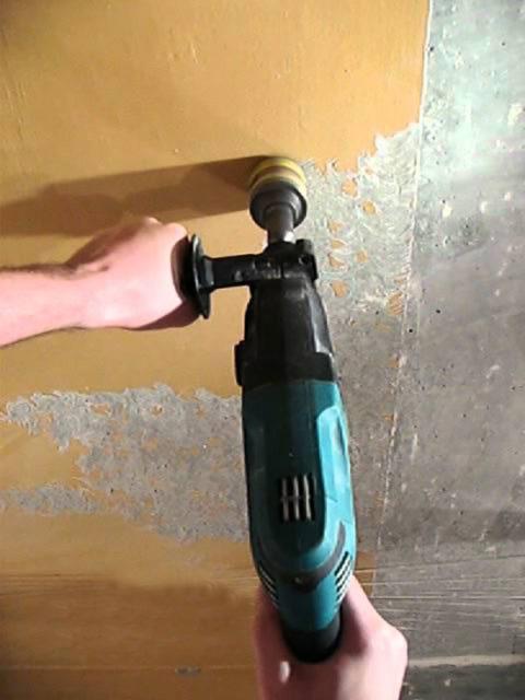 Очистка потолка от краски с помощью щетки-крацовки