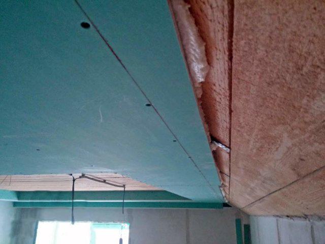 ГКЛ приклененный пеной к потолку и закрепленный саморезами